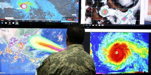 Un membre du comité des opérations d'urgence anticipe la trajectoire de l'ouragan Irma à Saint-Domingue,...