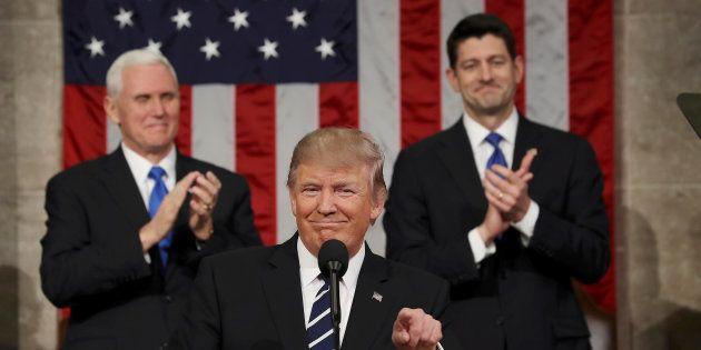 Donald Trump devant son vice-président Mike Pence et le président du parlement Paul Ryan, ce mardi 28