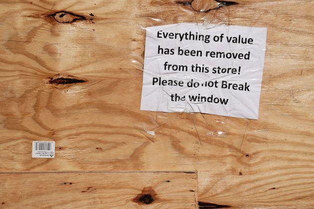Tous les objets de valeur ont été retirés de ce magasin. S'il vous plait, ne brisez pas les