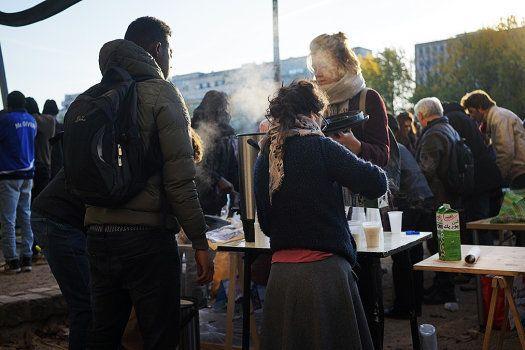 Caroline sert le petit-déjeuner aux migrants à Stalingrad: