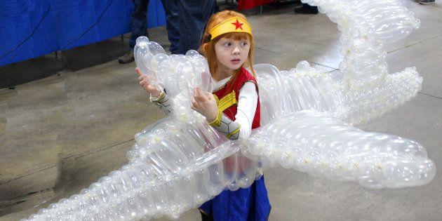 Marty Pants a utilisé 275 ballons pour créer le jet de Wonder Woman.