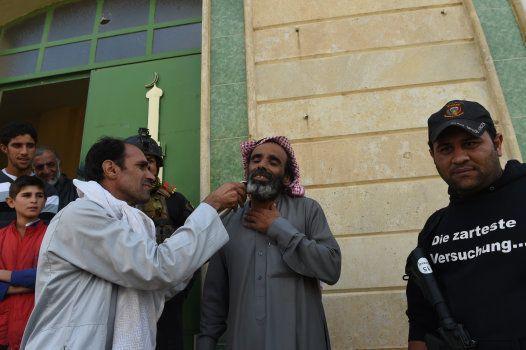 Ils étaient plusieurs à se faire raser la barbe,  pour célébrer charnellement la victoire sur Daech.