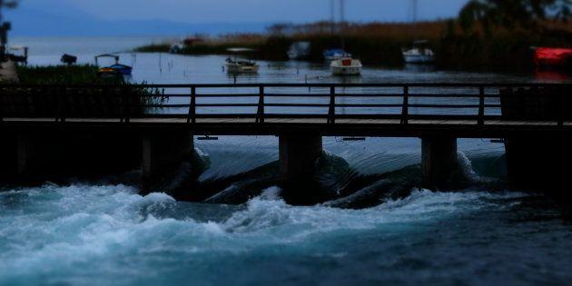 La rivière Drim s'écoule du lac d'Ohrid