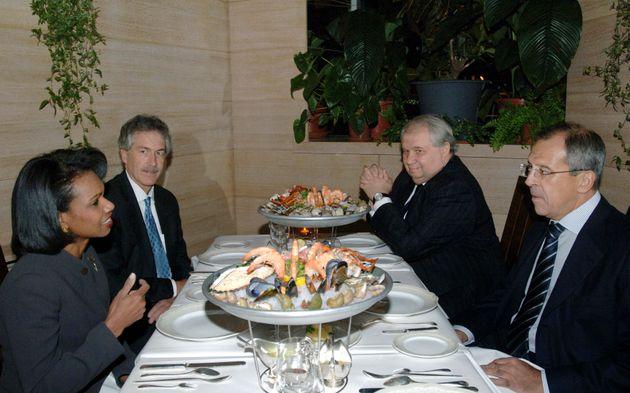 La Secrétaire d'État sous Bush, Condoleezza Rice, discute avec le ministre des Affaires étrangères russe...