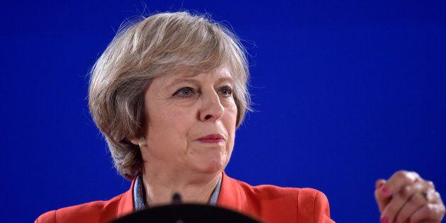 Theresa May holds lors d'une conférence de presse à Bruxelles le 21 octobre 2016. REUTERS/Eric