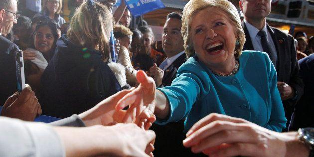 Hillary Clinton salue le public lors d'un meeting à Cleveland, Ohio, Etats-Unis, le 6 novembre