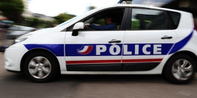 Un homme attaque des passants et policiers en