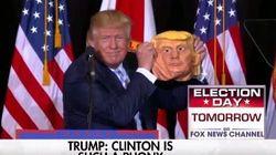 Trump s'amuse avec un masque de Trump lors d'un