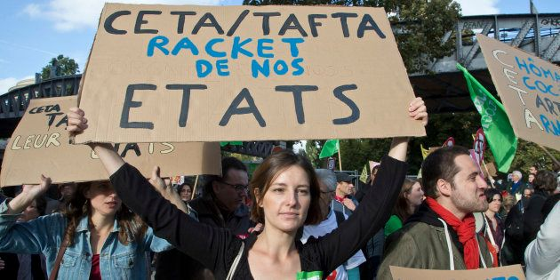 Une manifestante à Paris le 15 octobre 2016 lors d'un rassemblement contre le CETA/TAFTA. (AP Photo/Michel