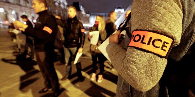 Des policiers manifestent à Paris le 1er novembre 2016 (photo