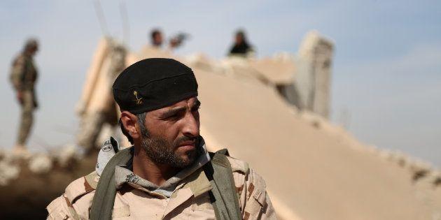 Un combattant des Forces démocratiques syriennes (FDS) au nord de Raqa, le 7 novembre