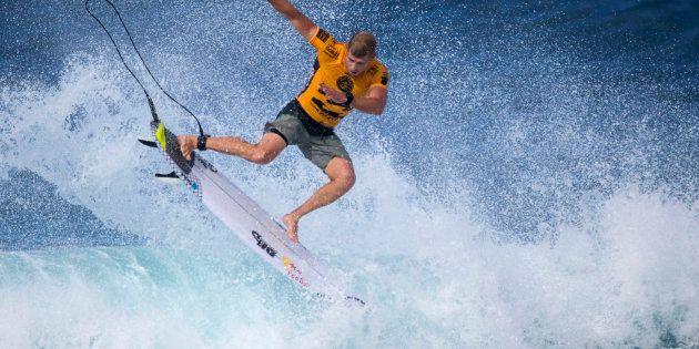 Mick Fanning surfe durant les demi-finales du Pipeline Masters au Vans Triple Crown à Hawaii le 17 décembre
