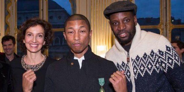 Pharrell Williams entouré de la ministre de la Culture Audrey Azoulay et du chanteur Abd Al