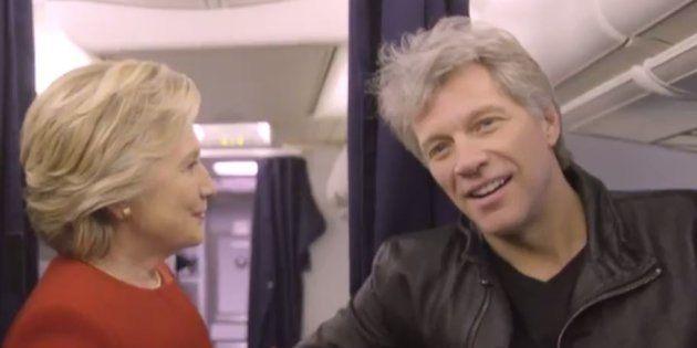 Pour son dernier geste dans la course à l'élection présidentielle, Hillary Clinton se prête au jeu du...