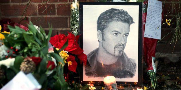Devant la maison de George Michael à Goring dans le sud de l'Angleterre le 26 décembre. REUTERS/Eddie