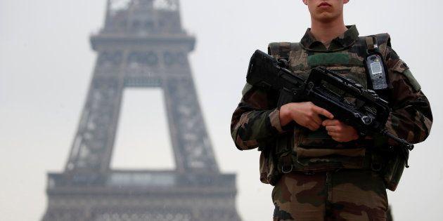 Un militaire attaqué par un homme armé d'un couteau à
