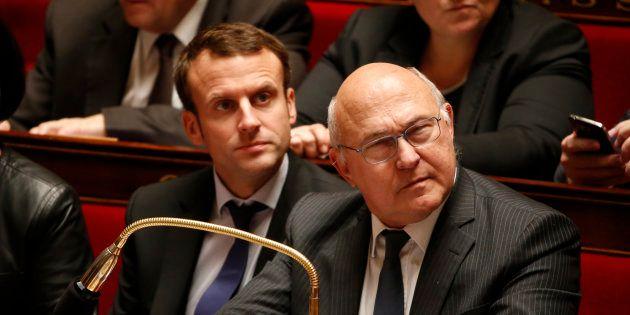 Emmanuel Macron et Michel Sapin à l'Assemblée nationale lors d'une séance d'une question aux gouvernement...