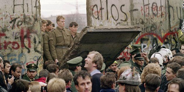 27 ans jour pour jour après la chute du mur de Berlin, les internautes voient dans le mur que Donald...