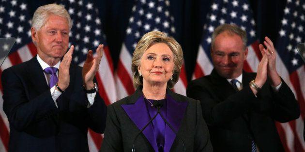 Hillary Clinton entre son mari et son co-listier ce mercredi à New York. REUTERS/Carlos Barria TPX IMAGES...