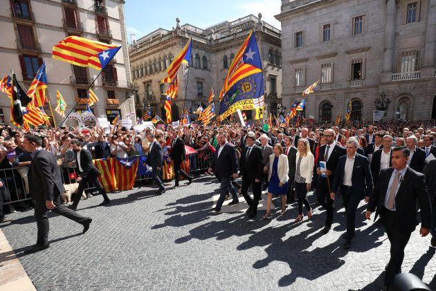 À Barcelone, des centaines de maires catalans ont défilé avec un