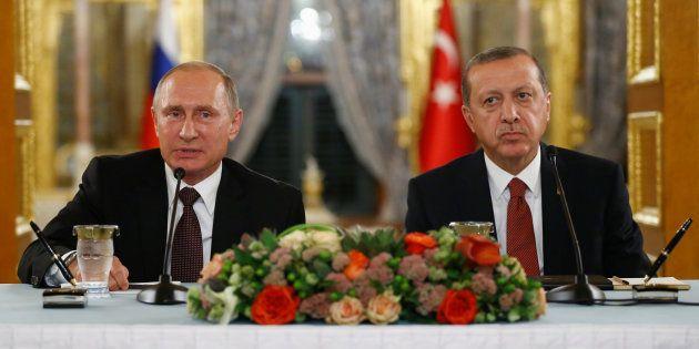Le Président Vladimir Poutine s'exprime durant une conférence de presse conjointe avec son homologue...