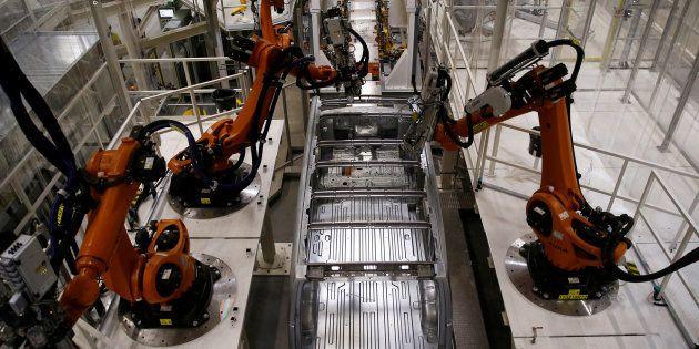 Un robot sur la ligne de production Volkswagen, en septembre 2016. REUTERS/Kacper