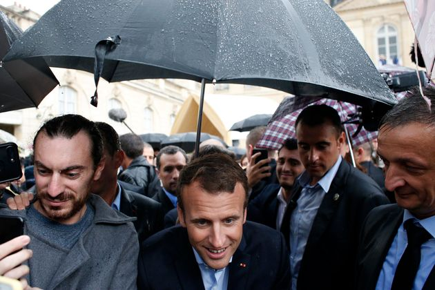Bain de foule pour Macron à l'Élysée, visité par 20.000