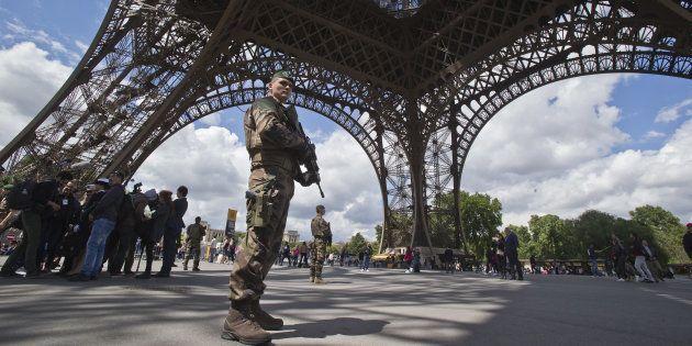 Un militaire en patrouille sous la tour Eiffel le 20 mai