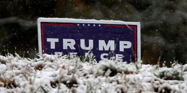 De la neige sur une pancarte d'un électeur pro-Trump, à Kinston aux États-Unis. REUTERS/Mike