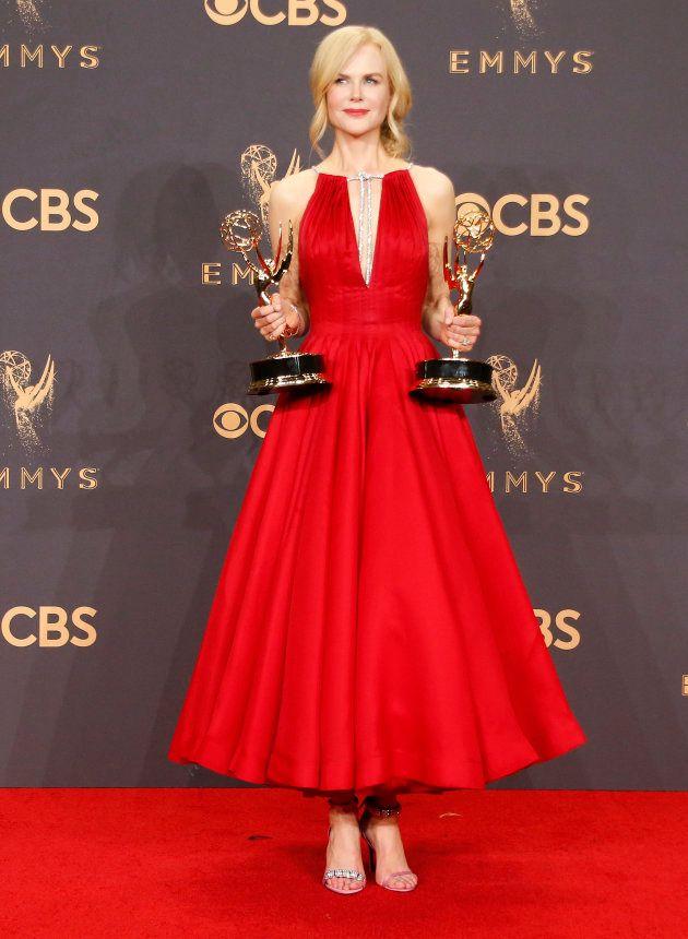 Emmy Awards 2017: Soit Nicole Kidman a eu un problème de chaussure, soit elle veut lancer une