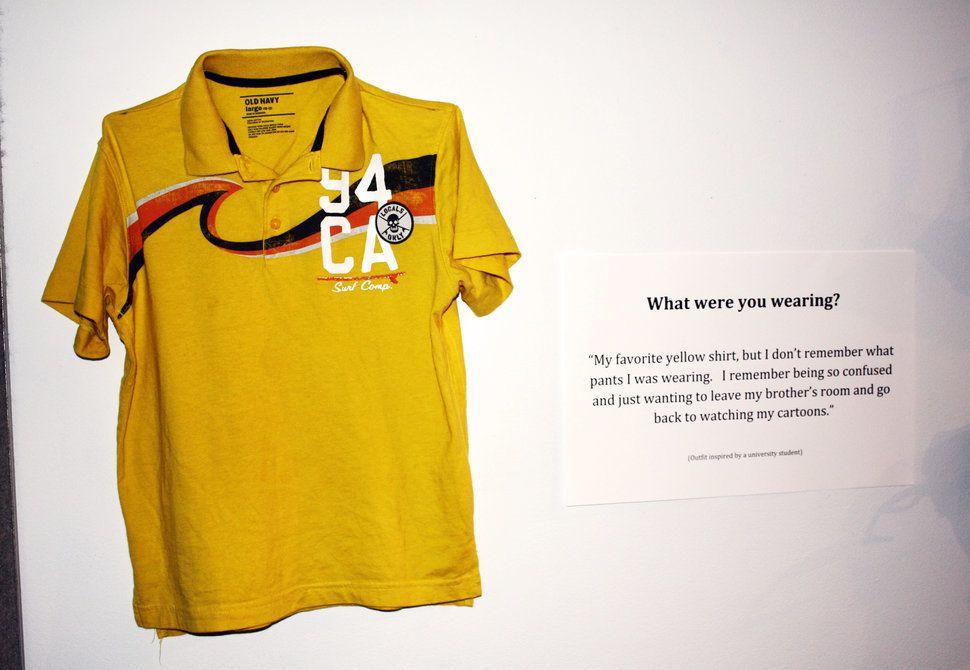 Tu étais habillée comment? Mon t-shirt jaune préféré, mais je ne me souviens plus quel pantalon. Je me souviens que je me sentais tellement perdue, que tout ce que je voulais, c'était sortir de la chambre de mon frère et continuer à regarder mes dessins-animés.