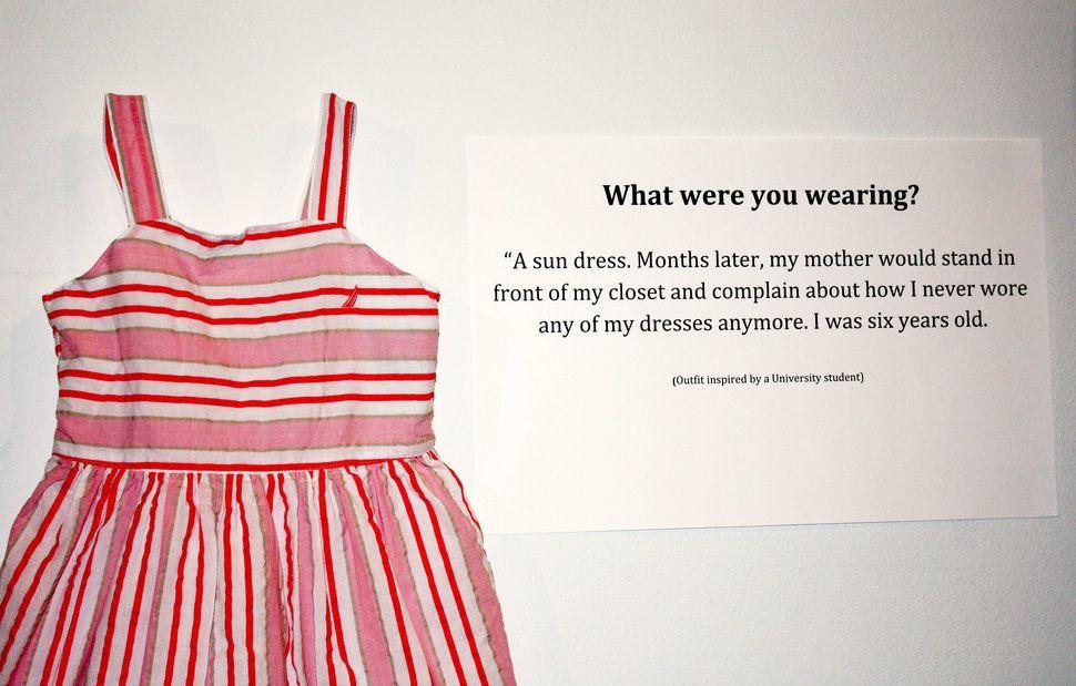 Tu étais habillée comment? Une robe d'été. Des mois plus tard, ma mère m'a reproché en regardant dans mon placard de ne plus mettre mes robes. J'avais six ans.