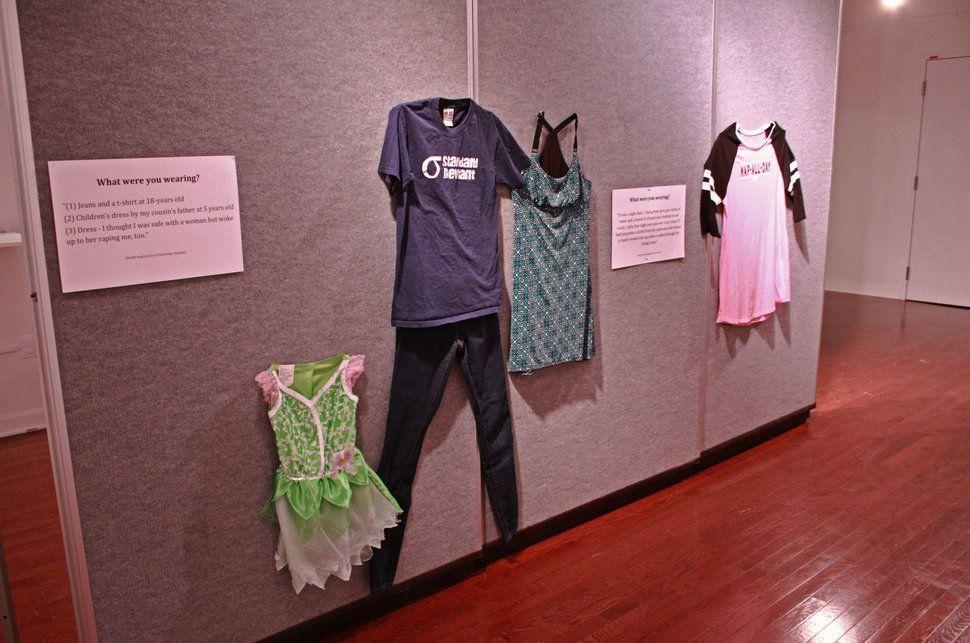 Une photo de trois tenues pour un des récits. Jen Brockman explique au HuffPost qu'une femme a été agressée trois fois au cours de sa vie. Elle a donc donné ces trois tenues.
