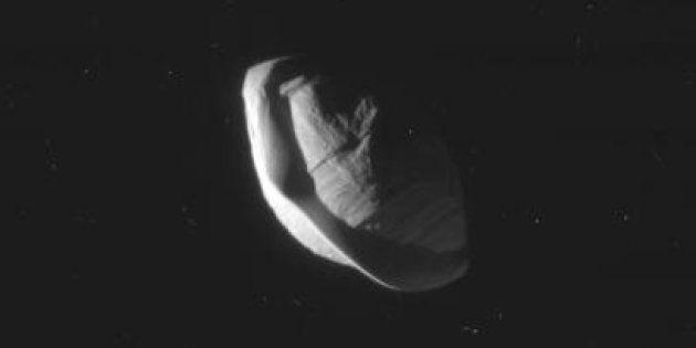 La lune Pan, qui orbite autour de Saturne, prise en photo par la sonde