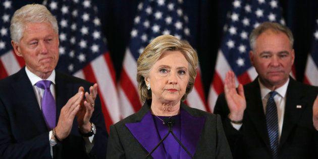 Hillary Clinton, accompagnée de son mari Bill Clinton et du sénateur Tim Kaine, s'adresse à ses supporters...