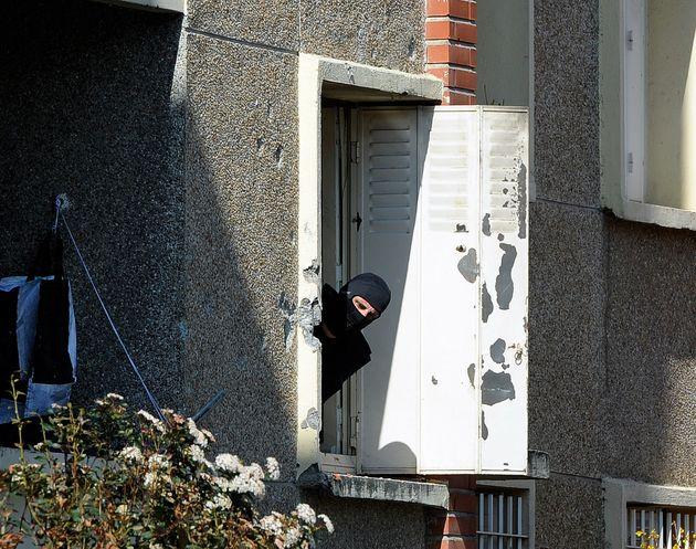 Un policier dans l'appartement de Mohamed Merah le 23 mars 2012, après la mort du tueur sous les balles...