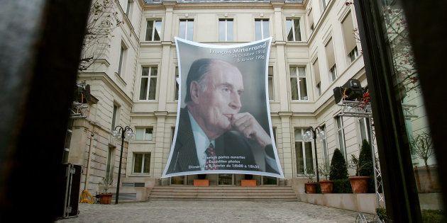 Un portrait de l'ancien président François Mitterrand dans la cour du siège du Parti socialiste, rue...