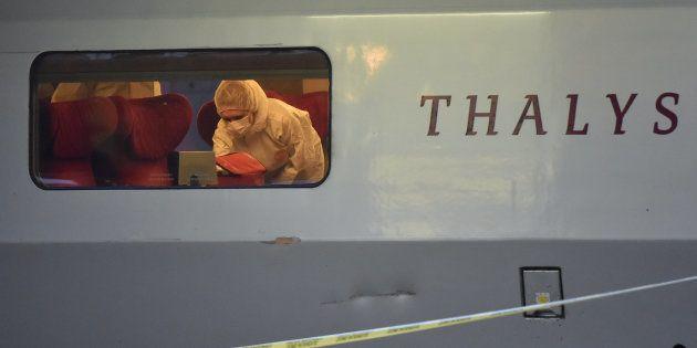À Arras, la police inspecte la voiture du Thalys Amsterdam-Paris dans laquelle a eu lieu l'attaque, le...