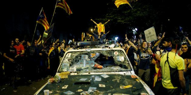 En riposte à l'arrestation de hauts responsables du gouvernement séparatiste de Catalogne, des milliers...