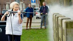 La princesse Beatrix des Pays-Bas, karcher à la main, vaut le