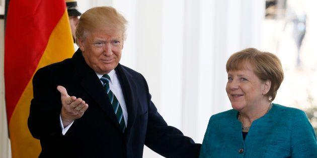 Donald Trump accueillant Angela Merkel à son arrivée à la Maison