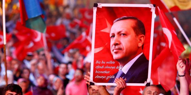 Des militants pro-Erdogan en meeting le 10 août 2016 à Istanbul. REUTERS/Osman Orsal/File