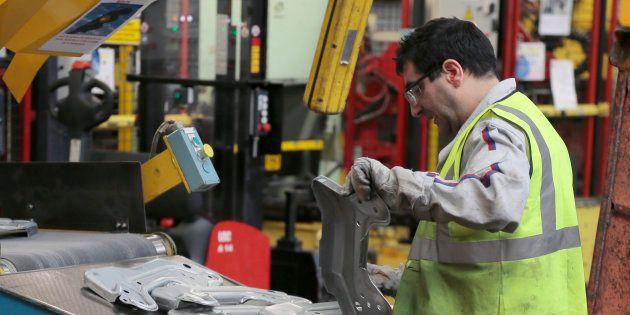 Un ouvrier de l'usine Peugeot-Citroën de Saint-Ouen, en janvier 2014. AFP PHOTO / JACQUES DEMARTHON /...