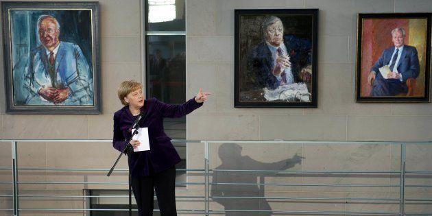 La chancelière Angela Merkel devant les portraits de précédents chanceliers, de gauche à droite Helmut...