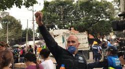 Pourquoi les secouristes mexicains lèvent le poing pendant leurs