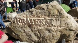 Des sculpteurs gravent