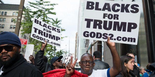 Une centaine de supporters de Donald Trump rassemblés devant la Trump Tower de New