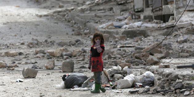 Une petite fille au milieu des ruines de la ville d'Al-Bab, dans le nord du pays, le 28
