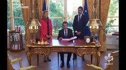 Macron reproduit sa mise en scène à l'américaine en signant les ordonnances de la loi