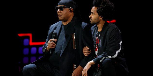 Stevie Wonder s'agenouille sur scène en soutien aux sportifs pris en grippe par